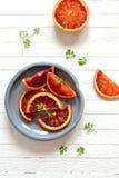 在葡萄酒板材的新鲜的血橙 免版税库存照片