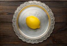 在葡萄酒板材顶视图的新鲜的柠檬 图库摄影