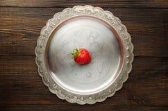在葡萄酒板材顶视图的鲜美红色草莓 库存照片