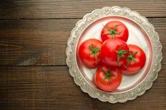 在葡萄酒板材顶视图,木背景的蕃茄 免版税库存照片