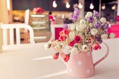 在葡萄酒样式咖啡店的Artificail花 库存照片