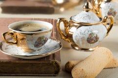 在葡萄酒样式用早餐-浓咖啡和savoiardi 免版税库存图片
