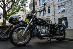 在葡萄酒样式的习惯自行车与BMW' s引擎 免版税库存图片