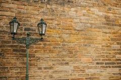 在葡萄酒样式的光在墙壁背景  免版税库存照片
