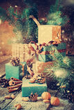 在葡萄酒样式的圣诞节礼物与拉长的降雪 图库摄影
