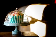 在葡萄酒样式的小传统生日蛋糕 免版税图库摄影