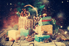在葡萄酒样式的欢乐礼物与拉长的降雪 免版税库存图片