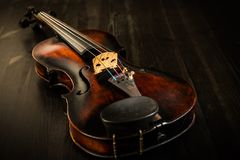在葡萄酒样式的老小提琴 库存照片