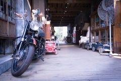 在葡萄酒样式的老摩托车 免版税图库摄影