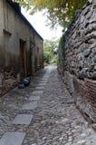 在葡萄酒样式的老花岗岩石头街道 免版税库存照片