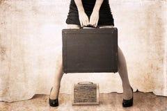 在葡萄酒样式的艺术品,妇女holdind重的袋子 库存照片