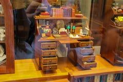 在葡萄酒样式的装饰木书桌在纪念品st窗口里  库存图片