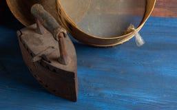 在葡萄酒样式的静物画,在一张木桌上的厨房用具 图库摄影