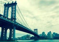 在葡萄酒样式,纽约,美国的曼哈顿桥梁 免版税库存图片