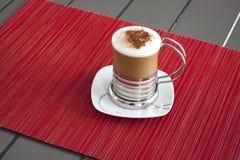 在葡萄酒桌上的热奶咖啡 图库摄影