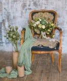 在葡萄酒椅子的美丽的婚礼花束与花卉装饰 图库摄影