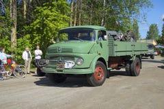 在葡萄酒汽车游行的卡车默西迪丝苯1113  Kerimyaki,芬兰 库存图片