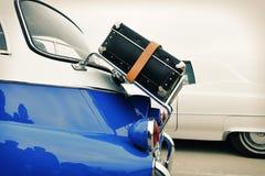 在葡萄酒汽车的老手提箱,减速火箭 免版税库存照片