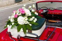 在葡萄酒汽车的花卉婚礼花束 库存照片