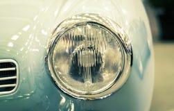在葡萄酒汽车的车灯的细节 免版税库存图片