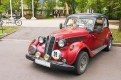 在葡萄酒汽车陈列的被提出的减速火箭的汽车在Sokolniki在莫斯科,俄罗斯联邦2016年5月21日 免版税库存图片