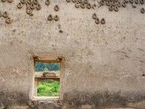 在葡萄酒泰国寺庙里面的老窗口 库存图片