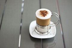 在葡萄酒灰色桌上的热奶咖啡 免版税库存图片