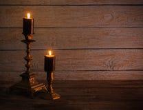 在葡萄酒烛台的灼烧的蜡烛 免版税库存图片