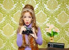 在葡萄酒照相机的熟悉内情的减速火箭的小女孩射击 库存图片