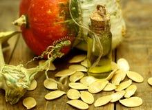 在葡萄酒瓶的南瓜籽油在一张木桌上 有机农夫食物 库存图片