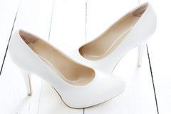 在葡萄酒白色板条的婚礼鞋子 免版税库存图片