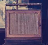 在葡萄酒的古色古香的收音机 免版税库存图片
