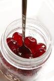 在葡萄酒的糖渍的樱桃成份在白色刺激 免版税库存照片
