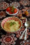 在葡萄酒碗的芹菜纯汁浓汤 库存图片