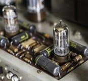 在葡萄酒管真空放大器收音机的电子组分 免版税库存照片