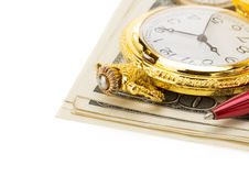 在葡萄酒羊皮纸的手表和墨水笔 免版税库存图片