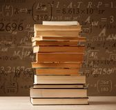 在葡萄酒背景的书与算术惯例 图库摄影