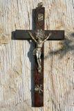 在葡萄酒背景的十字架 库存照片