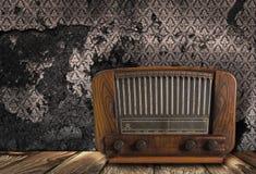 在葡萄酒背景的古色古香的收音机 免版税图库摄影