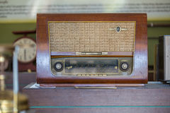在葡萄酒背景的古色古香的收音机 库存图片