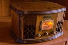 在葡萄酒背景的古色古香的收音机 库存照片