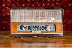 在葡萄酒背景的古色古香的收音机 免版税库存照片