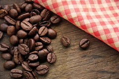 在葡萄酒背景的咖啡豆 库存照片
