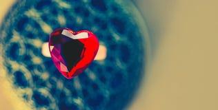 在葡萄酒背景的圆环心脏 背景蓝色框概念概念性日礼品重点查出珠宝信函生活纤管红色仍然被塑造的华伦泰 免版税图库摄影