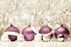 在葡萄酒背景的圣诞节球 免版税库存照片