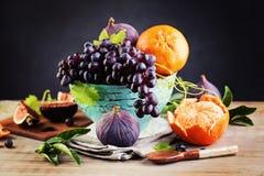 在葡萄酒背景的成熟有机果子 库存图片
