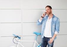 在葡萄酒自行车旁边的偶然人有机动性的 免版税库存照片