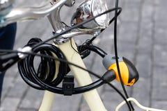 在葡萄酒自行车的挂锁 库存图片
