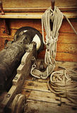 在葡萄酒船的大炮 免版税库存图片