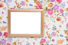 在葡萄酒花卉背景的木框架 免版税库存照片